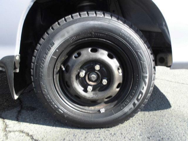 こちらの車両は現在スタッドレスタイヤを履いておりますが、ご希望で夏用タイヤに変更可能です。