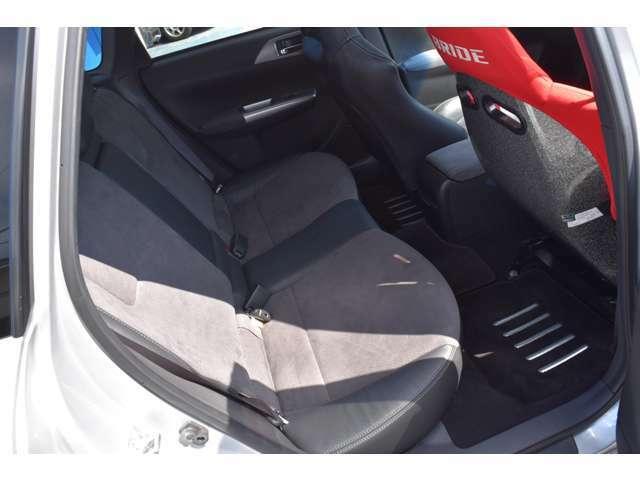 リヤシートも状態良好、広々空間となっております。