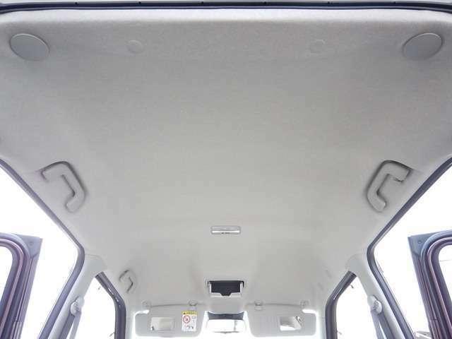 【天井部】天井も綺麗です♪サンバイザーには運転席・助手席側共にバニティミラーが付いています♪ルームミラー手前にはメガネホルダーも付いています♪