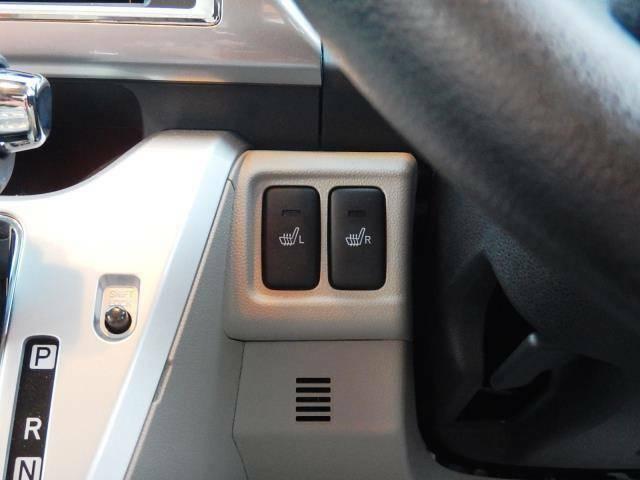 【運転席側インパネ・ステアリング左】寒い季節に重宝する運転席・助手席のシートヒータースイッチです♪