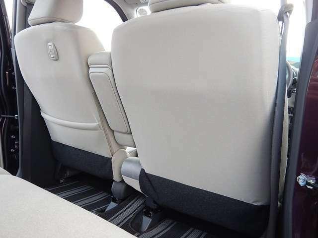 【運転席・助手席背面】助手席側に荷掛けフックとシートバックポケットが付いています♪