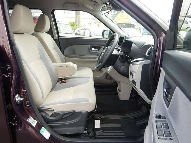【運転席・助手席側】アームレストボックス付ベンチシートでゆったり座れます♪シフトレバーがインパネ式なので足元部分もスッキリしていますよ♪運転席にはシートリフター(座面の高さ調節)も付いています♪