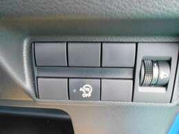 アイドリングストップ。停車時にブレーキを踏むだけでエンジンがストップ。さらに、発進時にはブレーキから足を離すだけでエンジンを始動します燃費を向上させます。ON/OFFスイッチにより切り替える事も可能です。