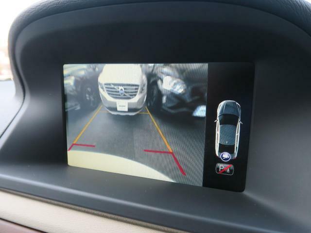 便利なバックビューカメラを装備し、ステアリング舵角に合わせたガイドライン表示もおこないます。駐車が苦手な方でも安心していただける装備です。