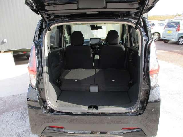 リヤシートを両方倒すとフラットになり大きな荷物も載せられます。