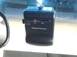事故など非常時の映像・音声などを記録する車載装置で、記録映像は証拠資料にもなるドライブレコーダーを装備しています。