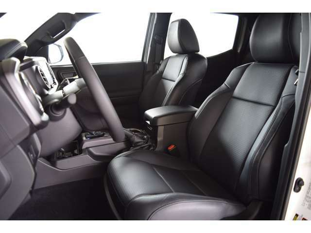 純正のレザーシートとなります。シートヒーター、シートクーラーも装備されております。