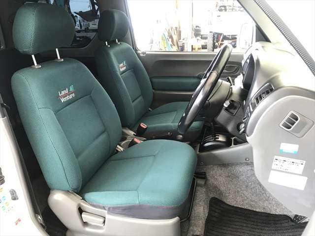 運転席です。使用回数は多いはずですが、他のシートと変わりないほどにキレイです。破れやすり切れも有りません。