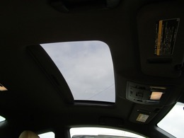 サンルーフ付きなので車内も明るくなります!
