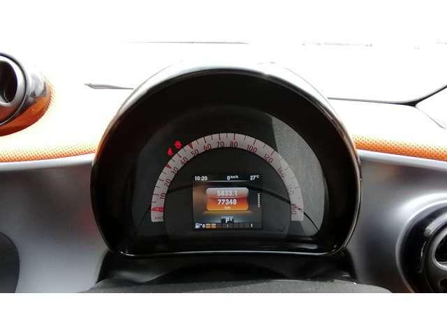 メーターはスピードメーターと液晶表示のみで、タコメーターはありません。