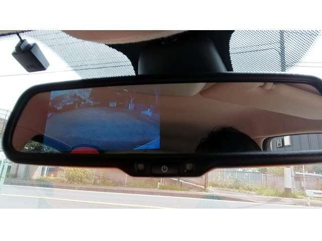 バックミラーには液晶モニターが内蔵されておりまして、リバースに入れるとバックカメラの映像が映し出されます。しかもクリアランスソナーまでついて、至れり尽くせり。自動防眩機能付き。