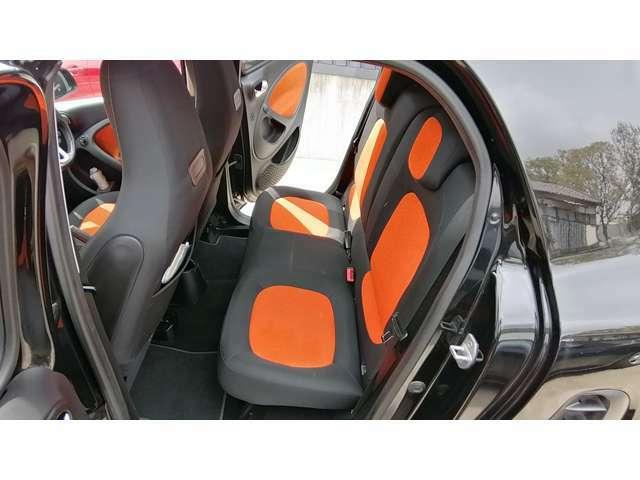 後席も意外と広く、大人でも問題なく座れます。