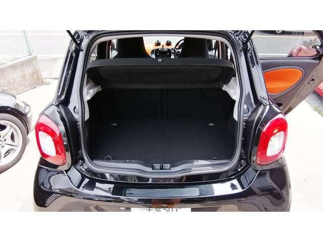 トランクはさすがにちょっと狭いですが、まぁ日常使いでは十分でしょう。下にエンジンが入っているため、深さはあまりありません。