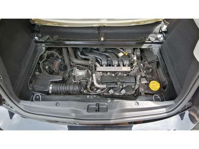 トランクのカーペットとカバーを外すとエンジンが出てきます。直列3気筒の1リッターエンジンはカタログ値で71馬力と決してパワフルとは言えませんが、必要十分だと思います。