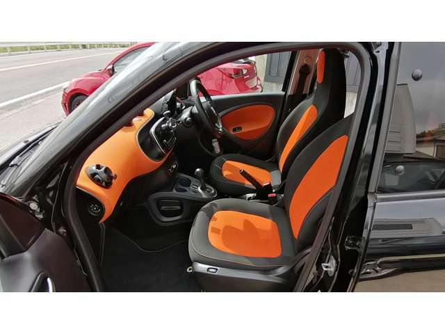 ダッシュボード上面までオレンジ色なので、少々フロントガラスに映り込みやすいですが、かわいいので良しとしましょう。