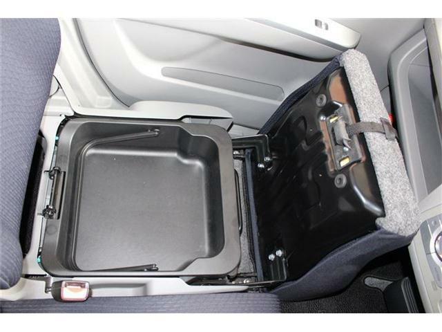 助手席の下には収納があるので、車内もすっきり整頓できますね♪