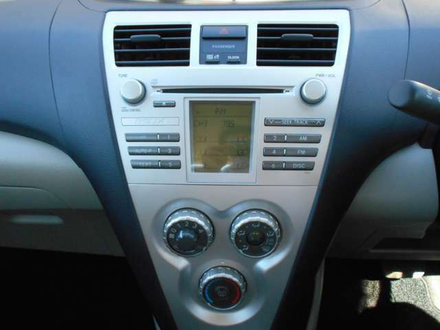 純正CDデッキやエアコンパネル廻りの画像です。