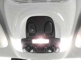 ルームランプスイッチ付近にSOSコールを装備。エアバッグが展開する事故などの時は、車台番号、GPSの位置情報、乗車人数(シートベルト装着数)をMINIのサポートセンターへ通報します。