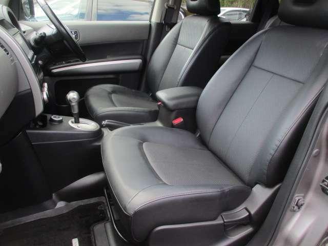 運転席・助手席共にシートに目立つスレや破れ等も無くキレイな状態です♪センターコンソールにはドリンクホルダーや小物入れも完備されており使い勝手も良好です♪