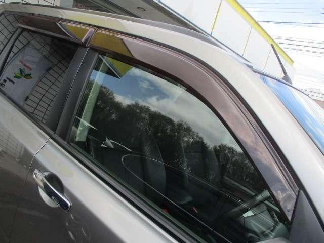 Aプラン画像:ドアバイザーが装備されておりますので雨の日でも窓を開けて車内の換気が出来ます♪