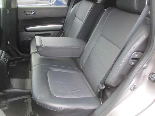 後席のシートは座面も大きく座り心地も良好です♪シートにキレや破れ焦げ穴等もなく清潔感のある車内になっております♪中央部の背もたれを倒せば肘置きになります♪汚れがちなフットマットもキレイな状態です♪