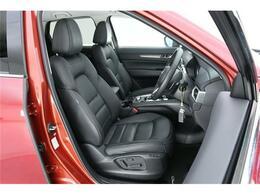 上級モデルの証、シートは全席【本革シート】運転席はメモリー機能付きのパワーシートになっていますので、ご家族間でドライバー交代なんて時もワンプッシュでご自身のドライバーズポジションに変身です◎