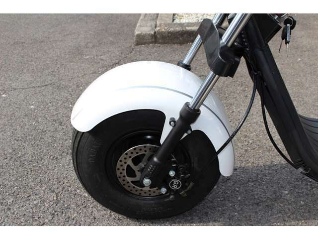 100%電動三輪トライク・公道走行可・車検不要・車庫証明不要・オートマ・後進機能付き・サスペンション付き・1名定員・LEDヘッド・ヘルメット不要・バッテリー取外し可・純正カラー(シャイニングパールホワイト)