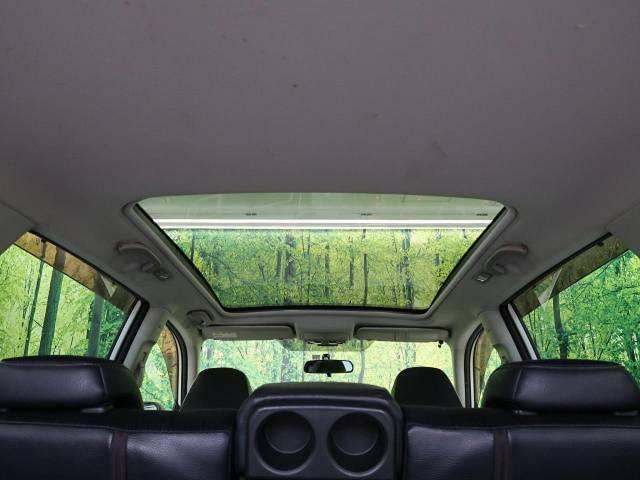 【ガラスルーフ】ガラスルーフ搭載で車内の解放感が一気にアップ!開放的なドライブをお楽しみいただけます。