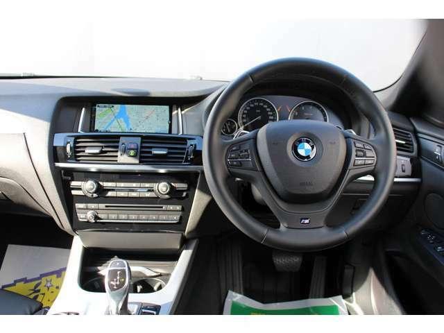 運転席廻りはシンプルかつ機能性に富んでおり、運転を楽しむことに集中できます。