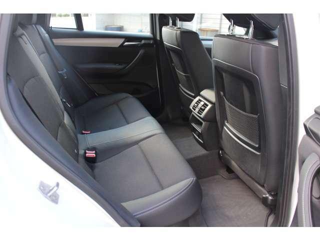 クーペボディーながらも後部座席はX3より28mm低く設定されている為、十分なヘッドスペースが確保されています。