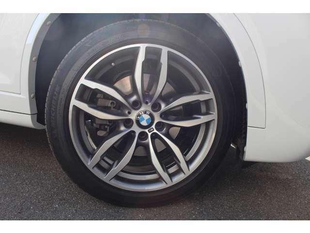 Mスポーツ専用の19インチアルミホイールです。タイヤサイズはフロント245/45R19、リヤ275/40R19です。