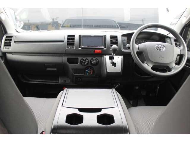 運転席エアバッグ/ABS/キーレス/イモビライザー/フロントエアコン/社外メモリーナビゲーション(AVIC-MRZ099)/ETC車載器/社外フロアマットが装備されています。