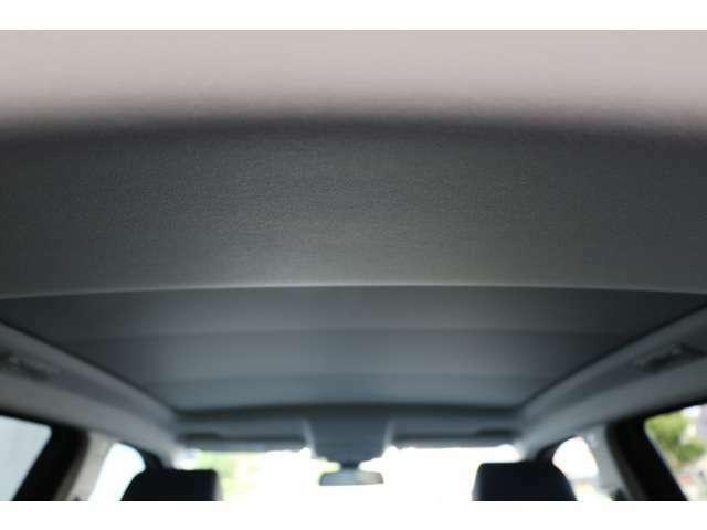とても状態の良い、綺麗な天張りです。シートの黒側にマッチしたシックな黒で車内が引き締まります。