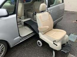 助手席シートはスイッチ1つで車内まで出て、脱着が可能になりそのまま車いすとしてお使い頂けます♪