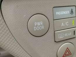 パワースライドドアになりますので利便性◎です♪運転席側のスイッチや後部座席のスイッチ・キーで開け閉めが可能でございます♪