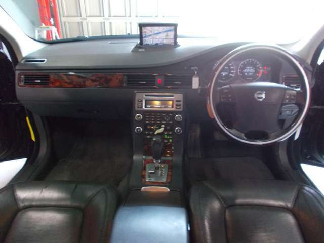 SEパッケージ 4WD キセノンヘッドライト 純正17インチ 電動トランクリアゲート 黒革シート 電動シート シートヒーター プッシュスタート スマートキー