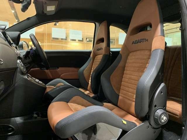 ホールド性が良いフルバケットシート。ブラウンレザー/アルカンターラのコンビはサベルト製です。