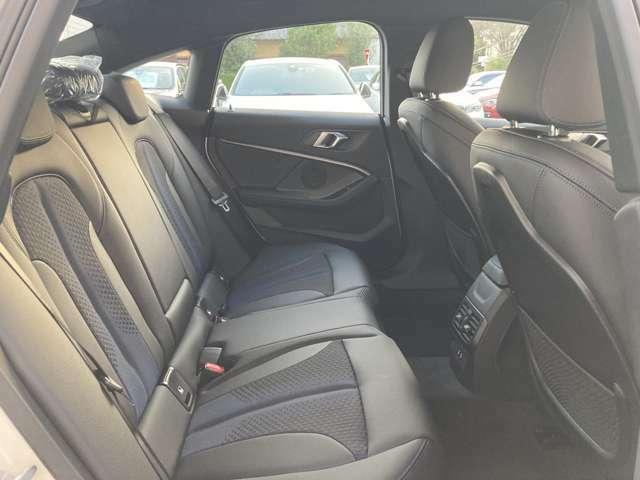 後席にも十分なスペースがございます。
