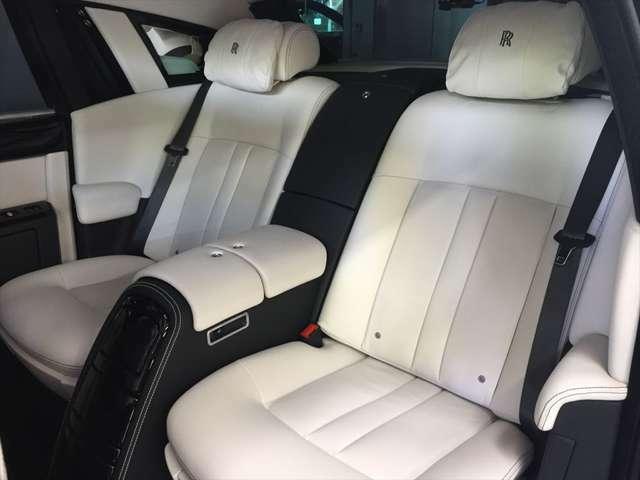 後席は、シートの間にコンソールが入り2人乗りシートになります。