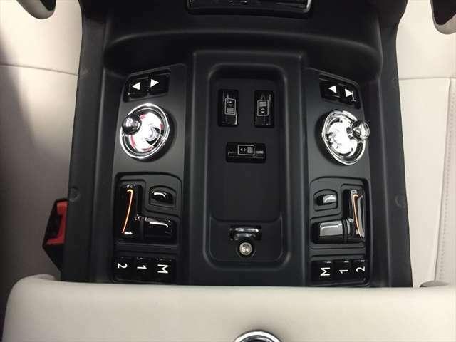 センターコンソールを開けると、前席のシート操作スイッチが御座います。