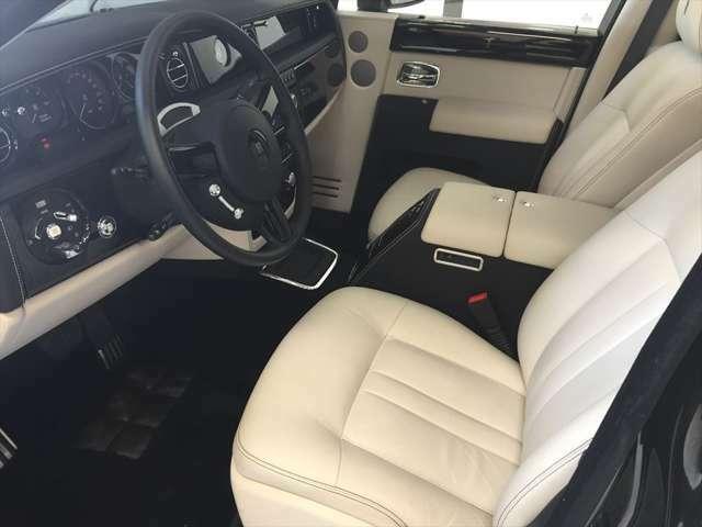 乗り降りの多い運転席のホワイトシートは、走行距離も少ない事もあり非常にコンデイションも良く大変綺麗な状態で御座います。