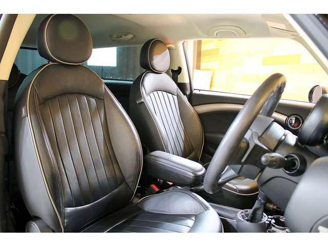■レザーシート仕様になっており、より一層、車内の高級感を演出してくれて、3段階の調節可能なシートヒーター付きなので冬場のドライブも快適に過ごすことが出来る。