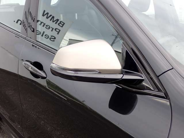 電動調整式&電動可倒式。曇り防止/雨粒除去用のヒーター内蔵。