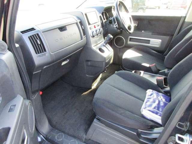 シンプルでホールド性のいいフロントシート☆長距離の運転も疲れにくいですよ。