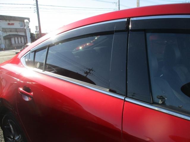 リヤガラスはダークガラスになってます!眩しい日差しを和らげてくれたりプライバシーの保護に役立ちますね!