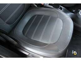 運転席座面にスレや破れなどは無く綺麗な状態ですのでご安心ください!