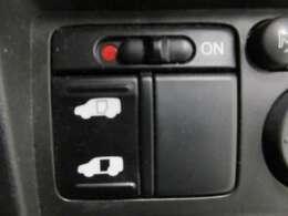 スライドドア開閉作動中に一定以上の抵抗を感知した場合や、ドア先端のタッチセンサーに触れた場合には、警告音を発するとともに作動が反転する、挟み込み防止機構がございます。