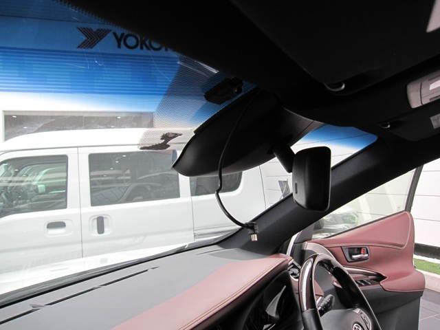 渋滞などでの低走行中、前方の車輛をレーザーレーダーが検知し、衝突を回避できないと判断した場合に、被害軽減ブレーキが作動。追突などの危険を回避、または衝突の被害を軽減します