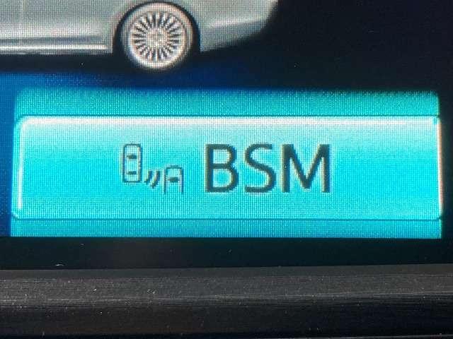 【BSM】隣(左右)のレーンや後方からの接近距離を検知して、車線変更により衝突の危険性がある場合には、インジケーターや警報でドライバーに注意を促します。
