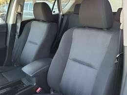 助手席側のシートもシミや汚れなどもなくキレイな状態です♪汚れやすいフロアマットも写真のとおりキレイな状態です♪長時間乗車しても疲れにくいシートとなっておりますので遠出などにも最適です♪